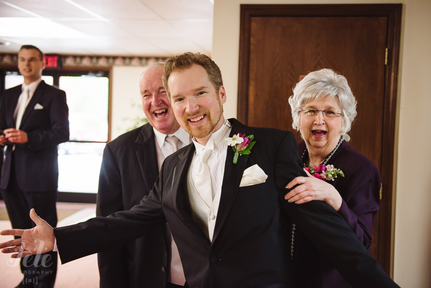 07-groom-photobombs-parents