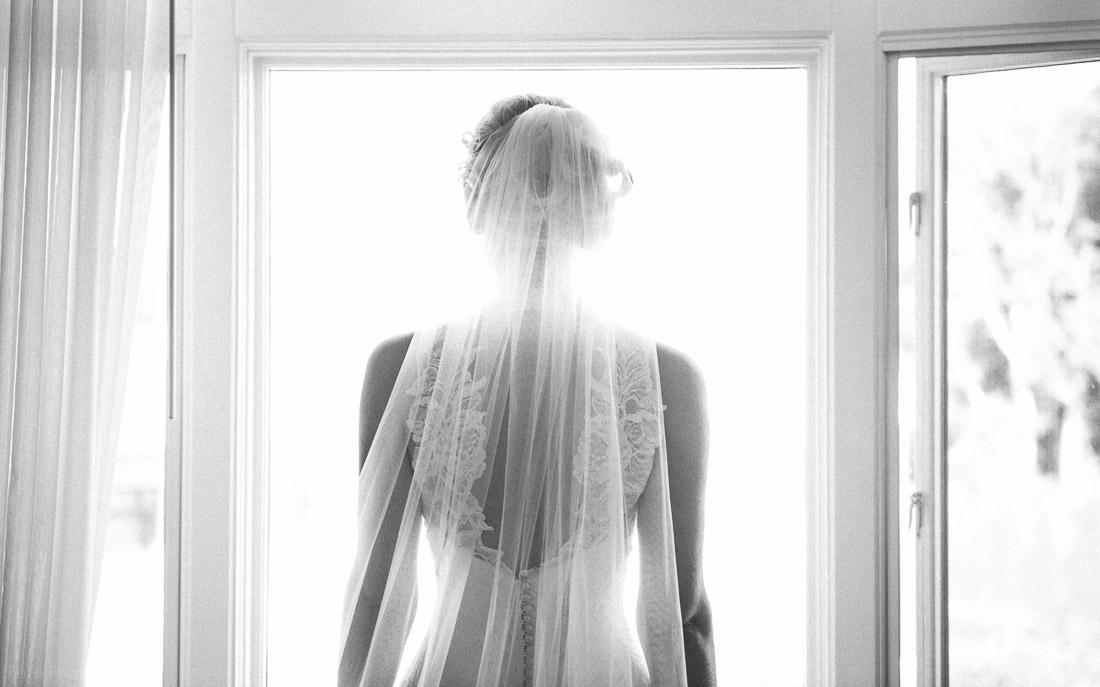 04-artistic-bridal-portrait-black-white