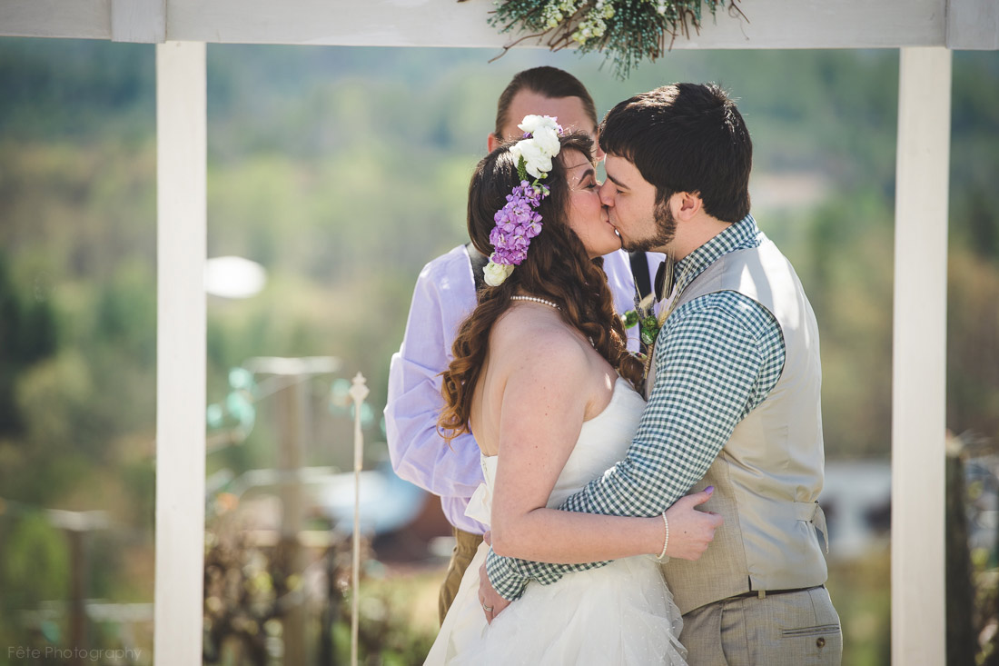 25-kiss-at-wedding-ceremony