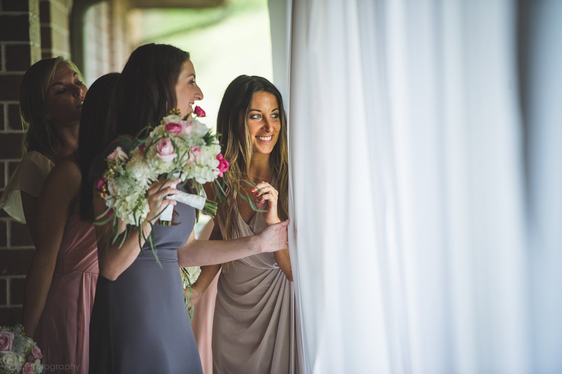 07-bridesmaids-peeking-out