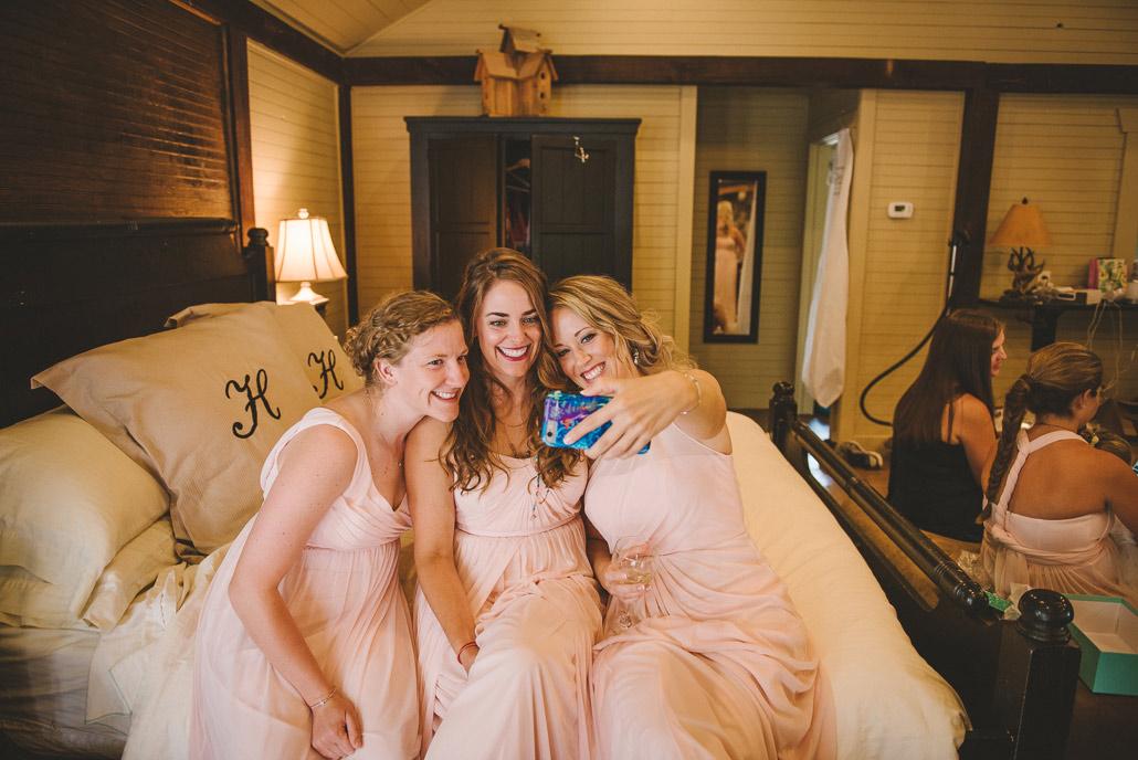 03-bridesmaid-selfie