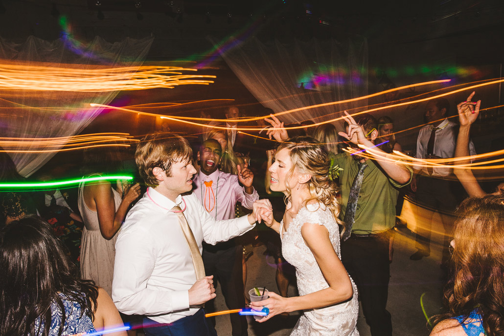 47-wedding-glow-stick-fun